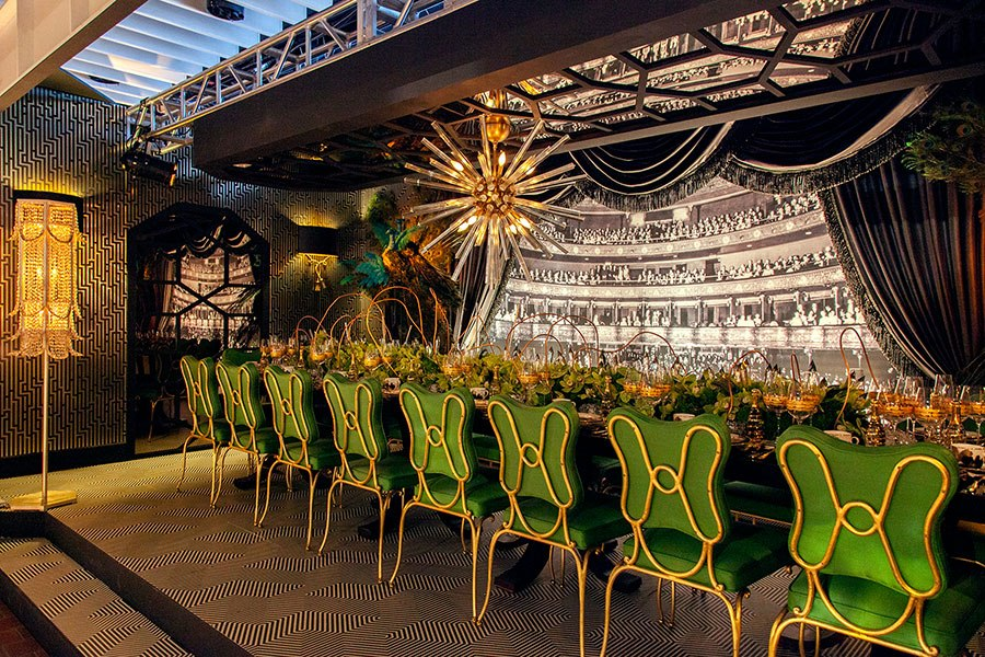 The new York Design Center's Marks & Frantz pay a tribute to old Hollywood with a touch of drama and glamour. Here we feel as though we've been given a sneak peak behind the curtain. The setting was opulent and magical. Image courtesy Architectural Digest.