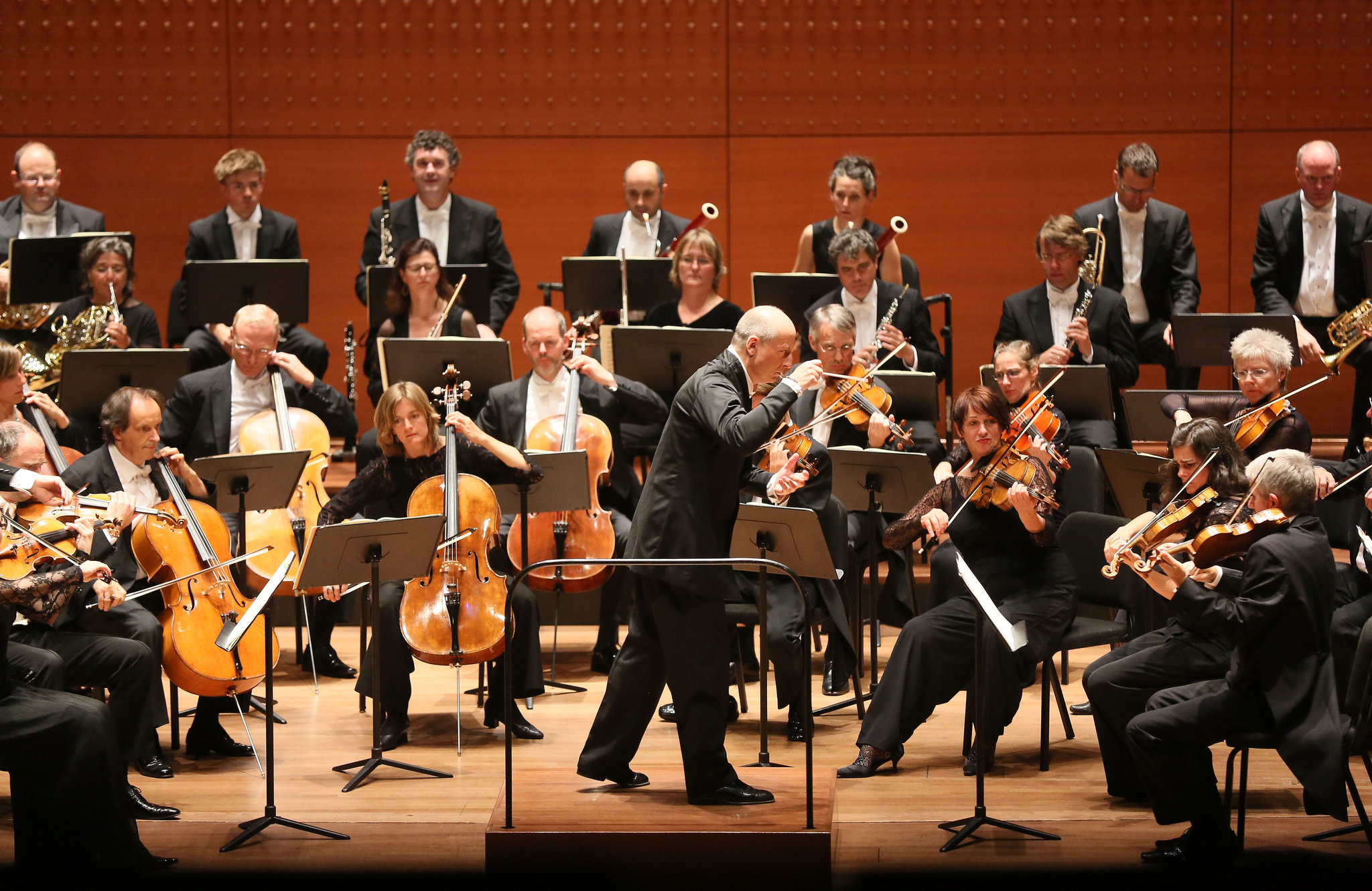 Mostly Mozart  Paavo Jarvi conducting the Deutsche Kammerphilharmonie Bremen at Alice Tully Hall. Credit Ruby Washington/The New York Times