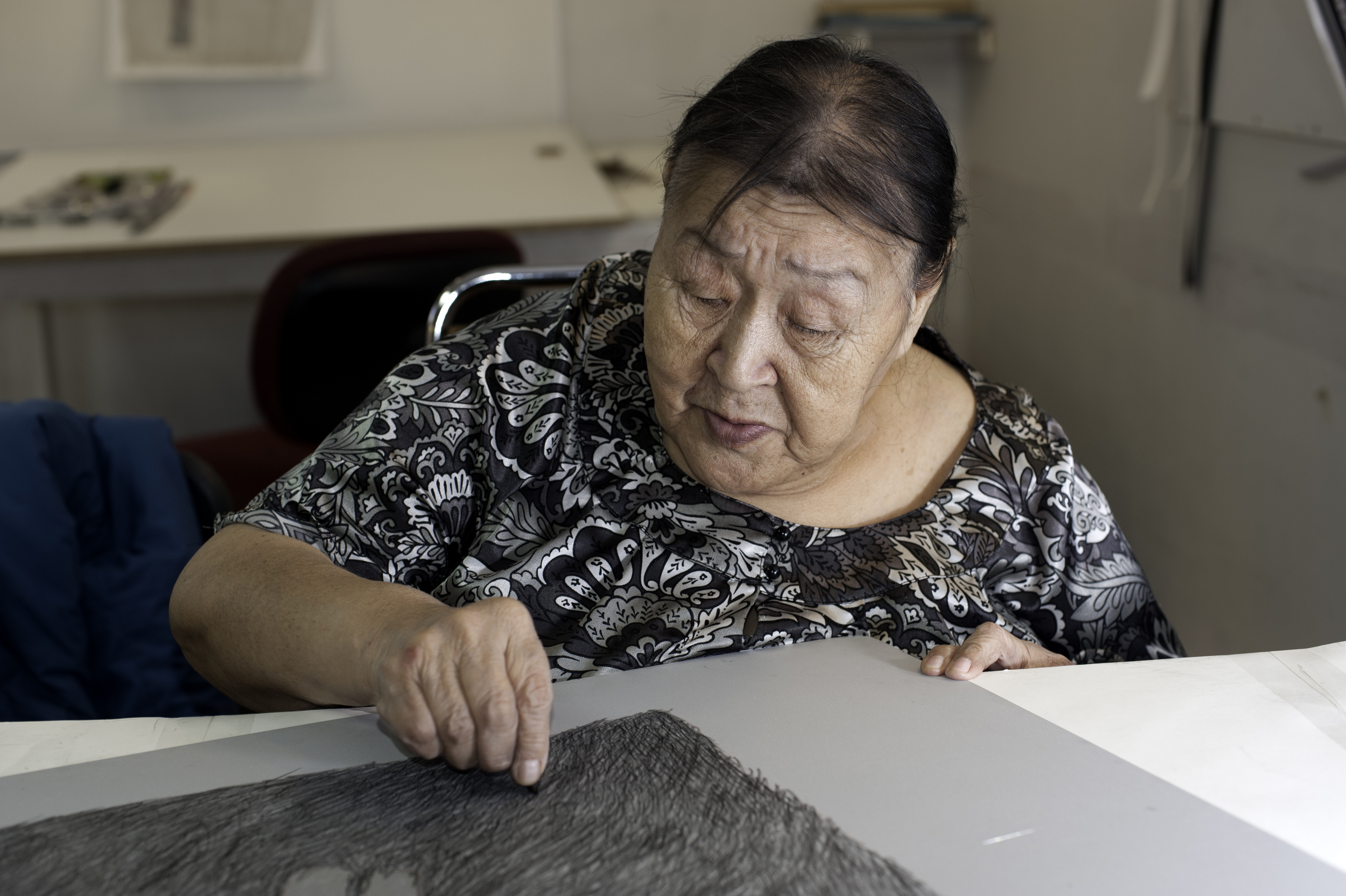 Papiara Tukiki drawing on a litho plate © William Ritchie
