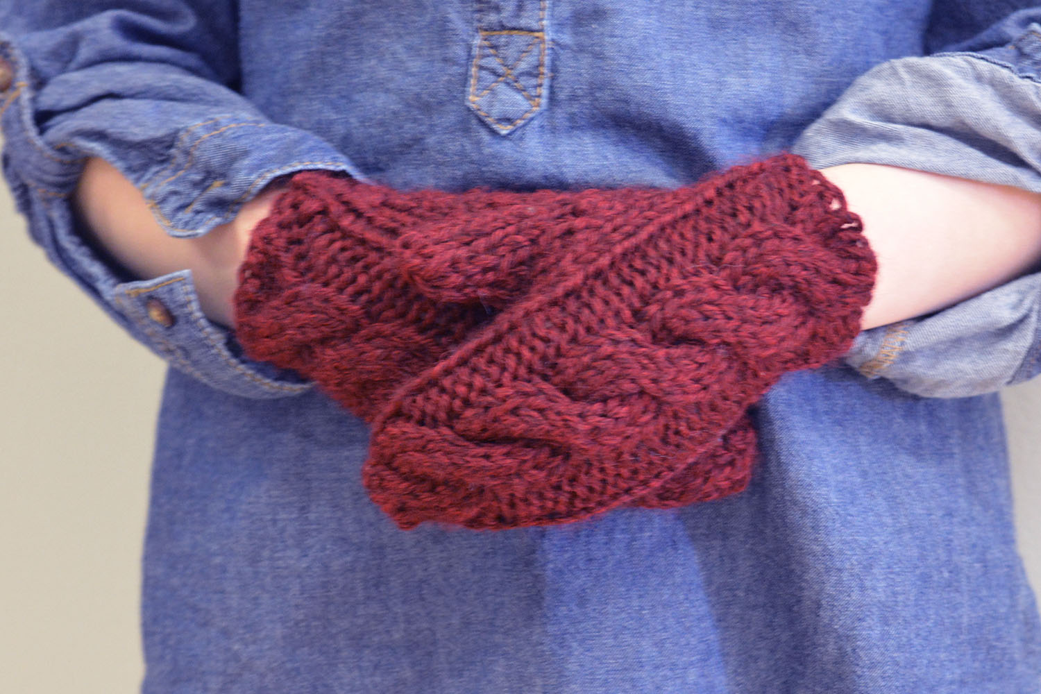 Cabled little girl's mittens knitting pattern