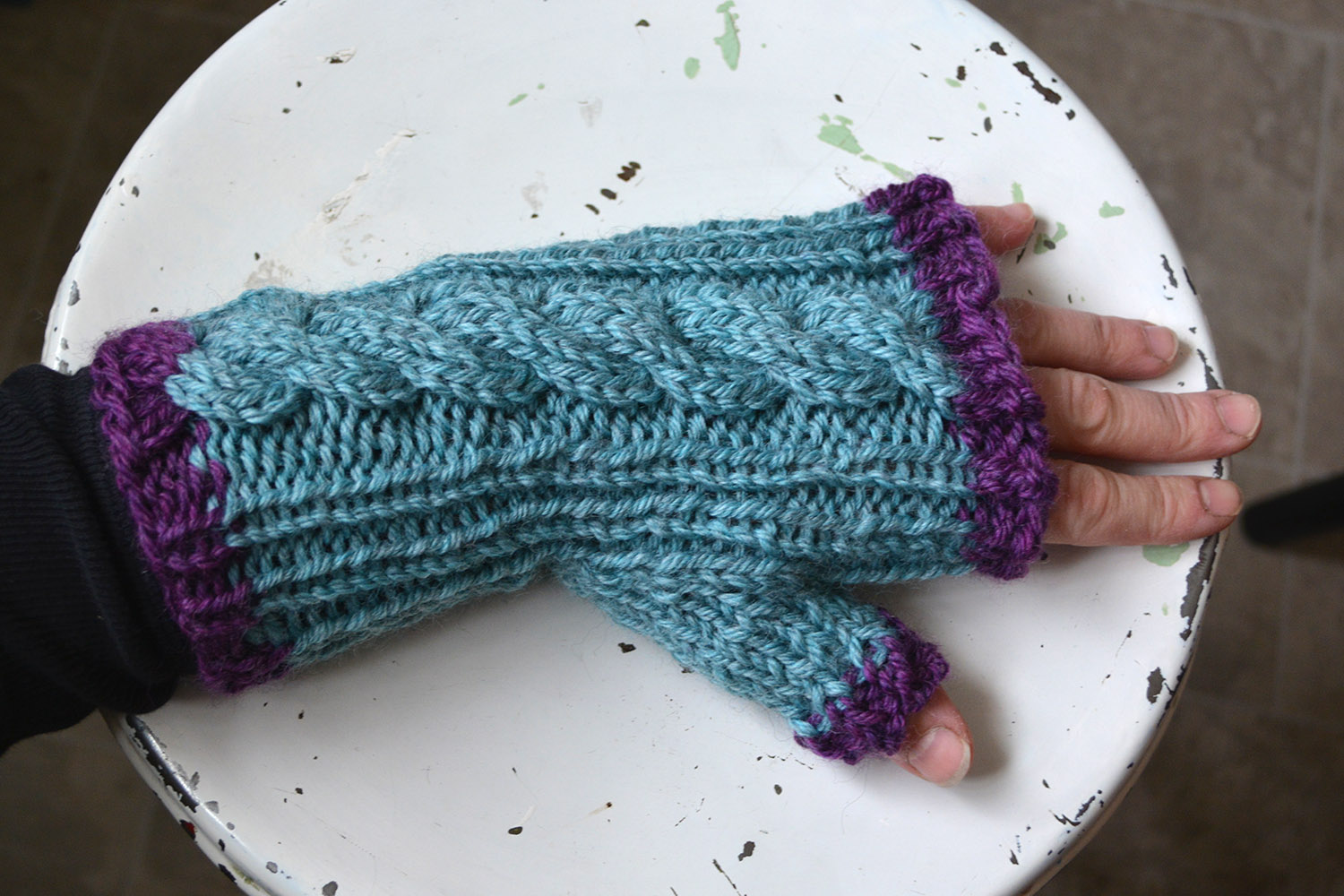 Ladies' cabled quick-knit fingerless mittens