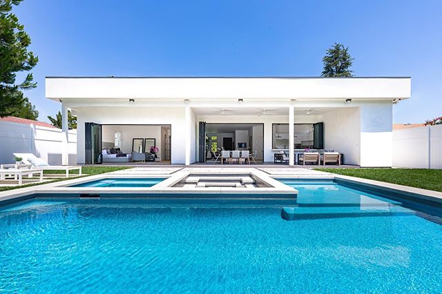 The perfect place to spend the weekend! 🍾🏊🏻‍♂️🌞 #relax #entertain 5511LeghornAve.com @dreamlivingla #newconstruction #realestate #luxury #lifestyle #pool #losangeles #shermanoaks #encino #inspiration #motivation #modernhome #dreamhome #backyardgoals #weekend #california