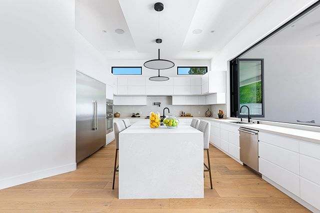 I love this clean, white, modern kitchen at 5511 Leghorn @dreamlivingla #kitchen #dreamkitchen #kitchengoals #modern #modernkitchen #realestate #realestatela #shermanoaks #losangeles #dreamhome #modernhome #home #house #luxury #luxuryhome #inspiration #cooking #forsale #california