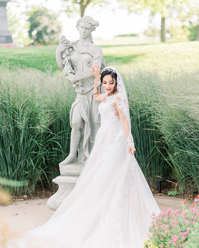 Like a princess 👑 . . . . #rolandandradephotography #chicagoweddingphotography #chicagoweddingphotographer #chicagowedding #fineartweddingphotography #classicwedding  #latinoweddingphotographer #gettingmarried  #isaidyes  #marriedaf  #hubby #wifey  #weddinginspiration #weddingplanning  #engagedcouple #Weddingdetails #marthastewartweddings #theknot #noblepresets