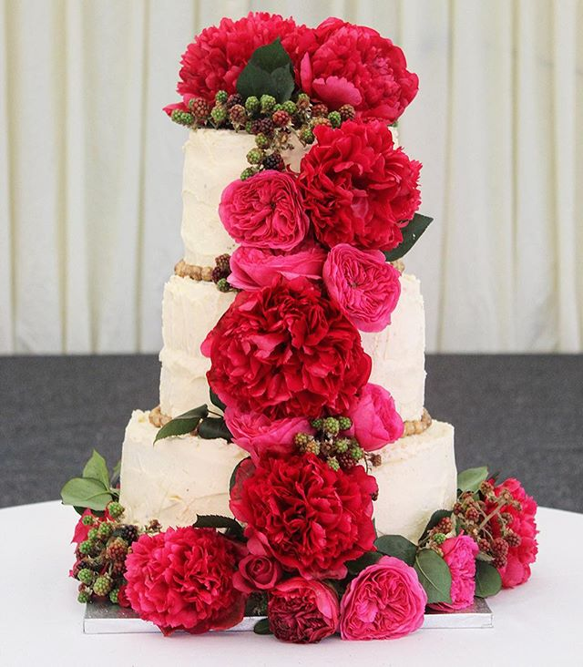 Happy Friday #friyay #flowers  #baker #cake #hautecuisines #f52grams #foodie #huffposttaste #cakestagram #instacake #dreamwedding #topfoodnews #weddingcake #wedding #dreamday
