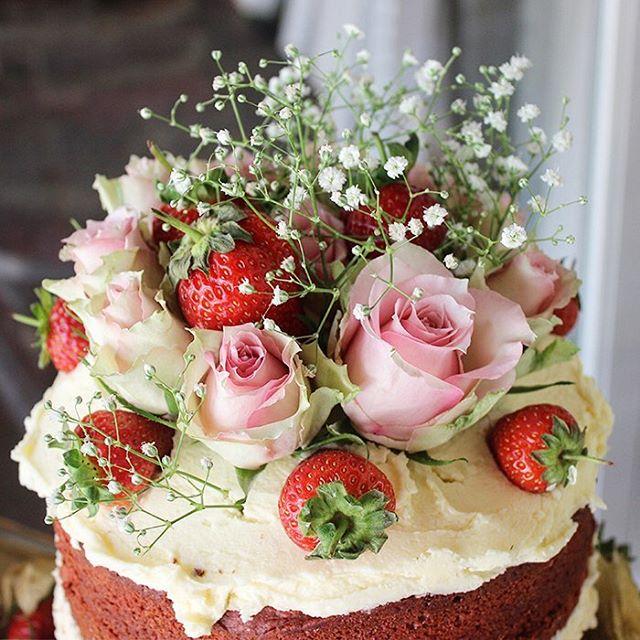 Red velvet with 🌹 #redvelvetcake #baker #cake #hautecuisines #f52grams #foodie #huffposttaste #cakestagram #instacake #topfoodnews #weddingcake