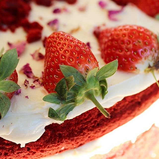 Throw back to the summer and this velvety treat with strawberries and rose petals on #hurrysummer #redvelvet #london #cake #foodporn  #cakestagram #instacake