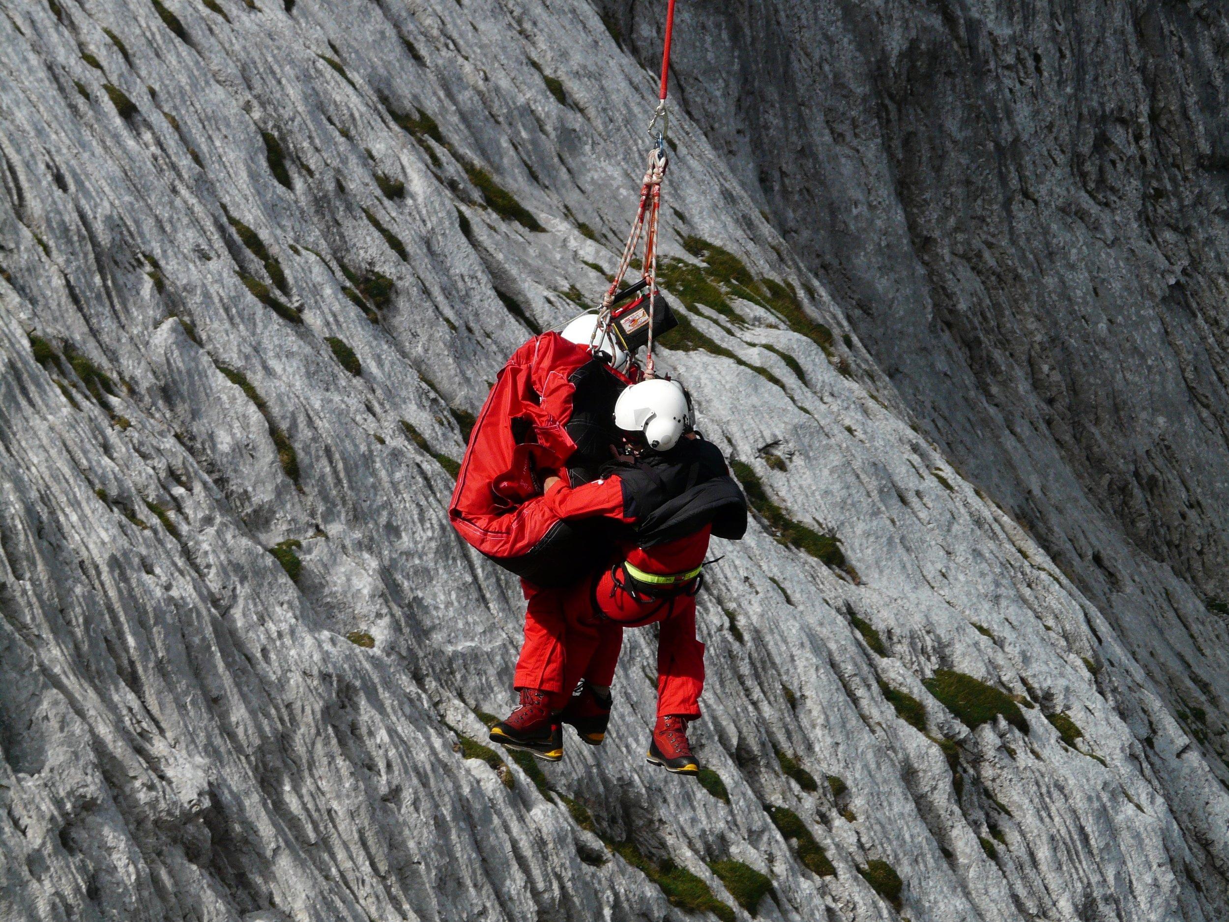 Rescue-helpers-60030_-_Hans_Braxmeier.jpg