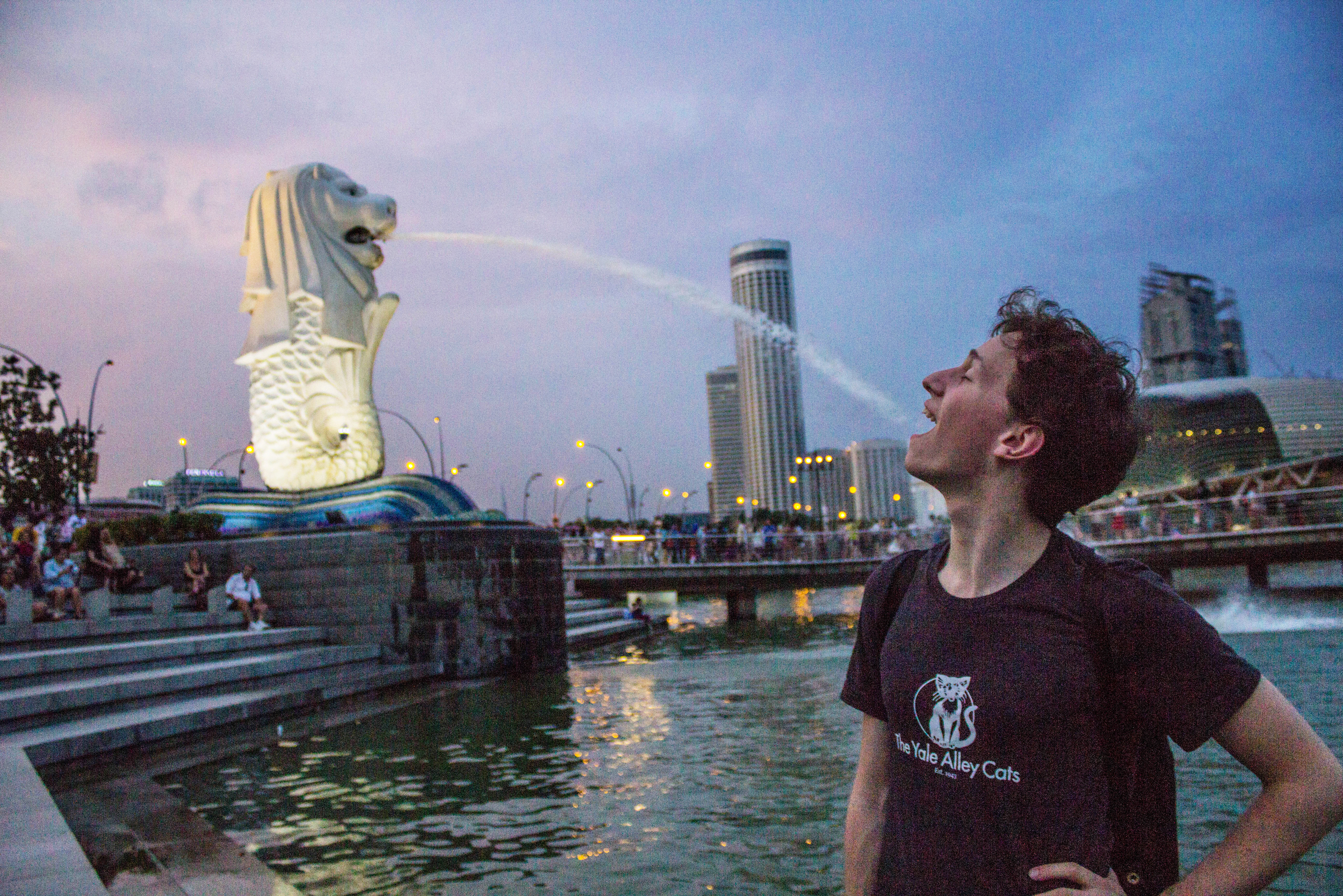 Not even a stroll through the iconic Merlion Park can quench our thirst for Singapore, on our last day of tour!