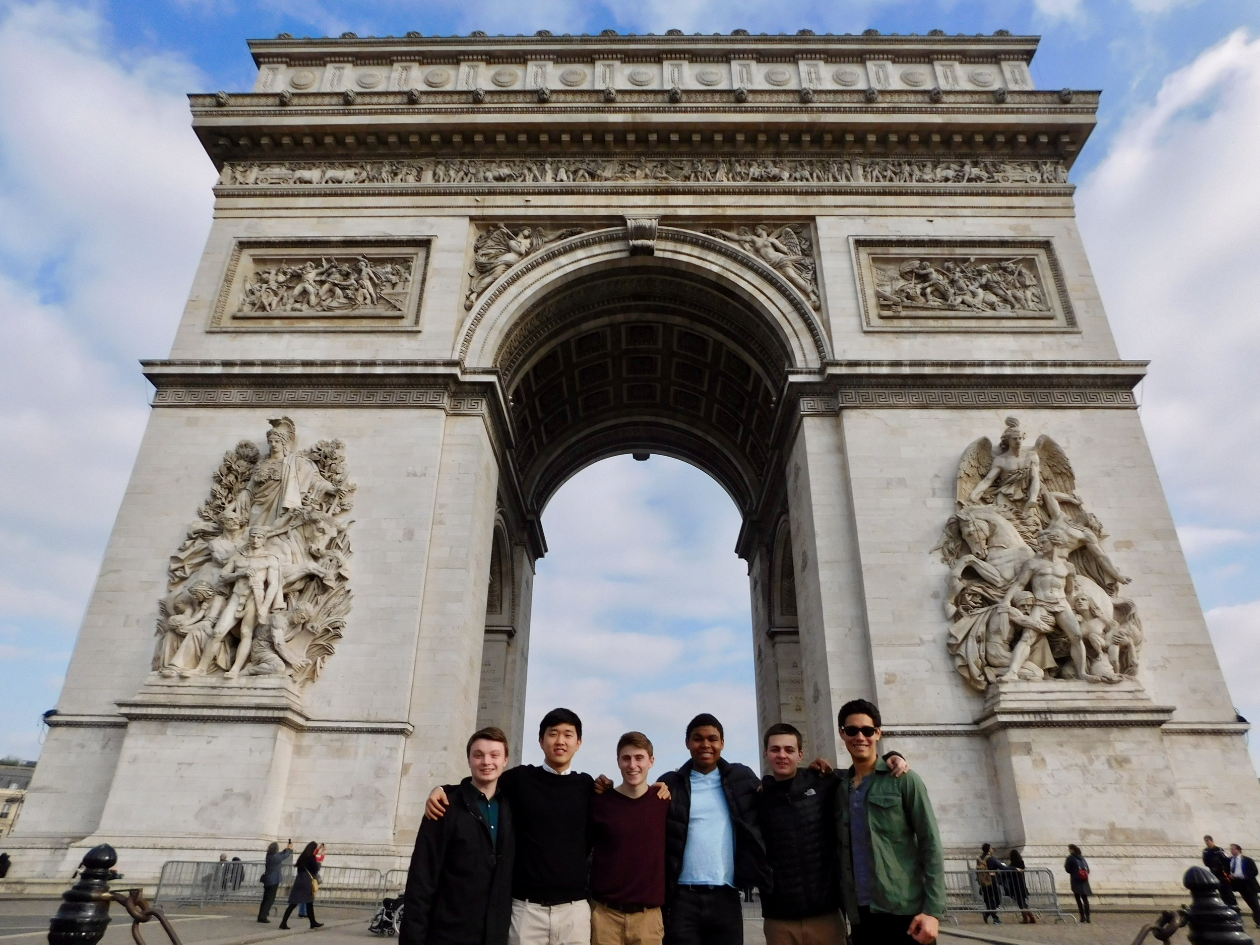 Freshmen group photo in front of the Arc de Triomphe