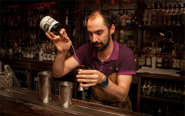 edinburgh gin distillery heads and tales bar