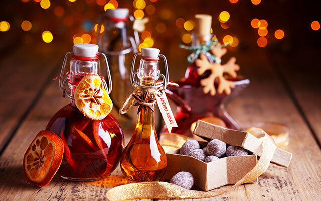 Make your own clementine gin liqueur for Christmas gifts! Get the recipe >>