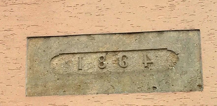 Ça fait 150 ans que les habitants de cette maison sont frustrés du maçon trop lâche pour écrire la date comme il faut.