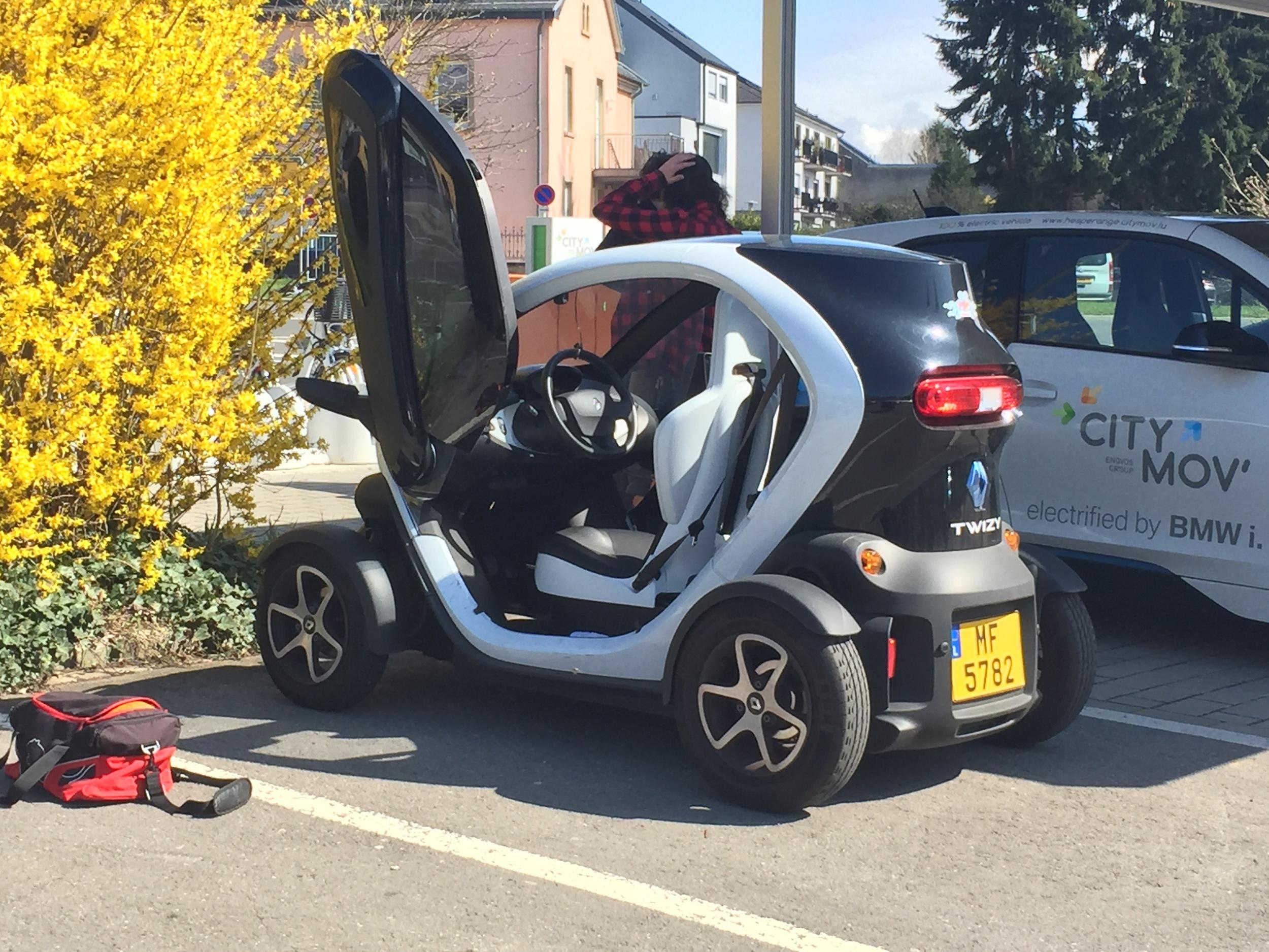 Les automobiles sont définitivement plus petites en Europe. Et celle-ci est électrique par-dessus le marché!