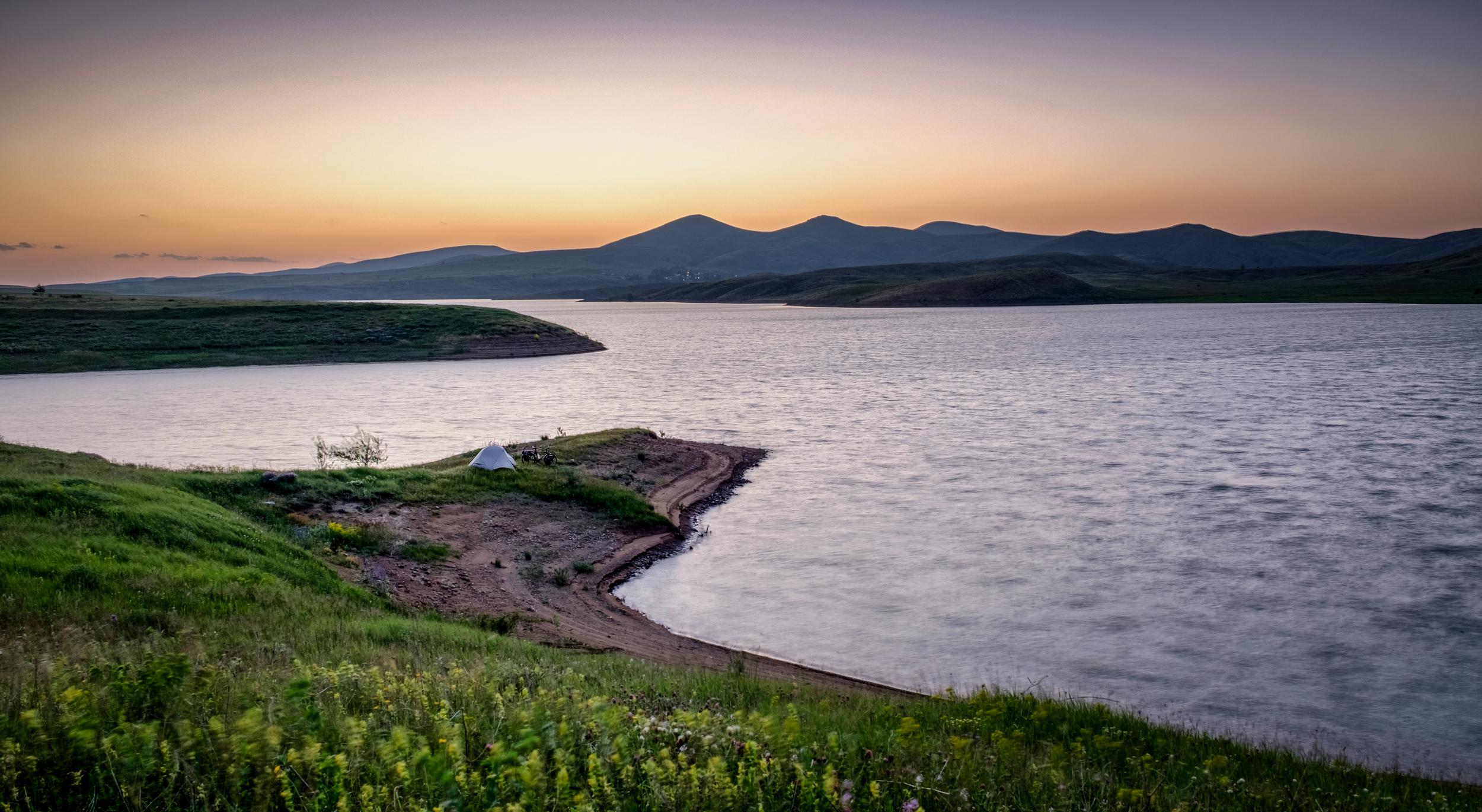 Probablement le plus bel endroit où j'ai campé, le lac Kizilirmak.