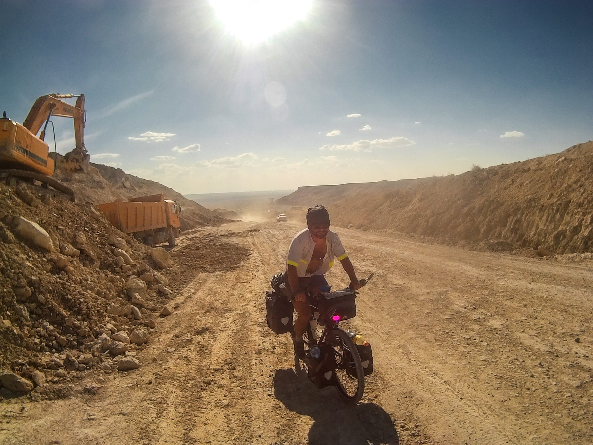 Sous le soleil, la poussière et la construction.