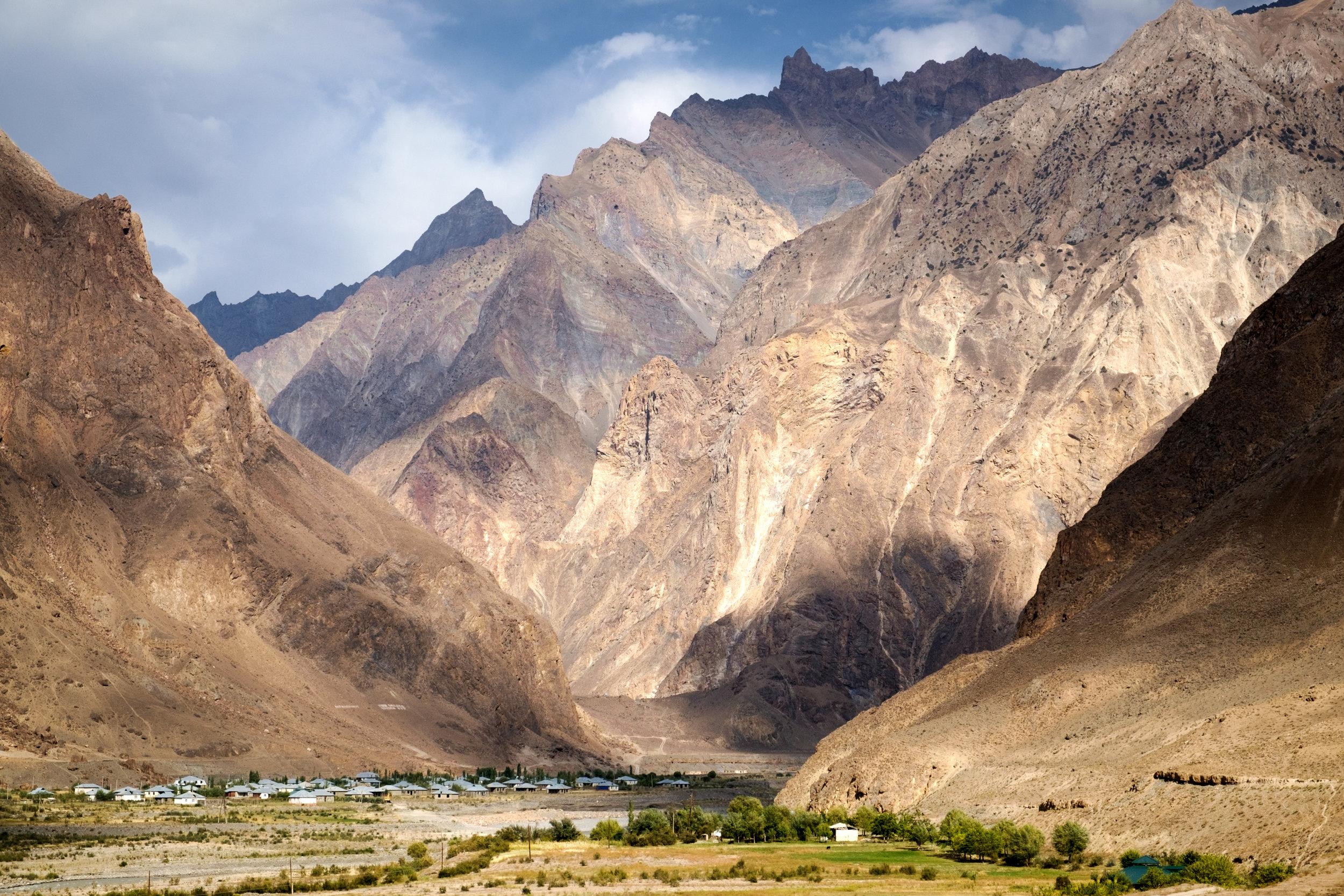 Un village au pied de l'entrée d'une gorge, du côté tadjik.