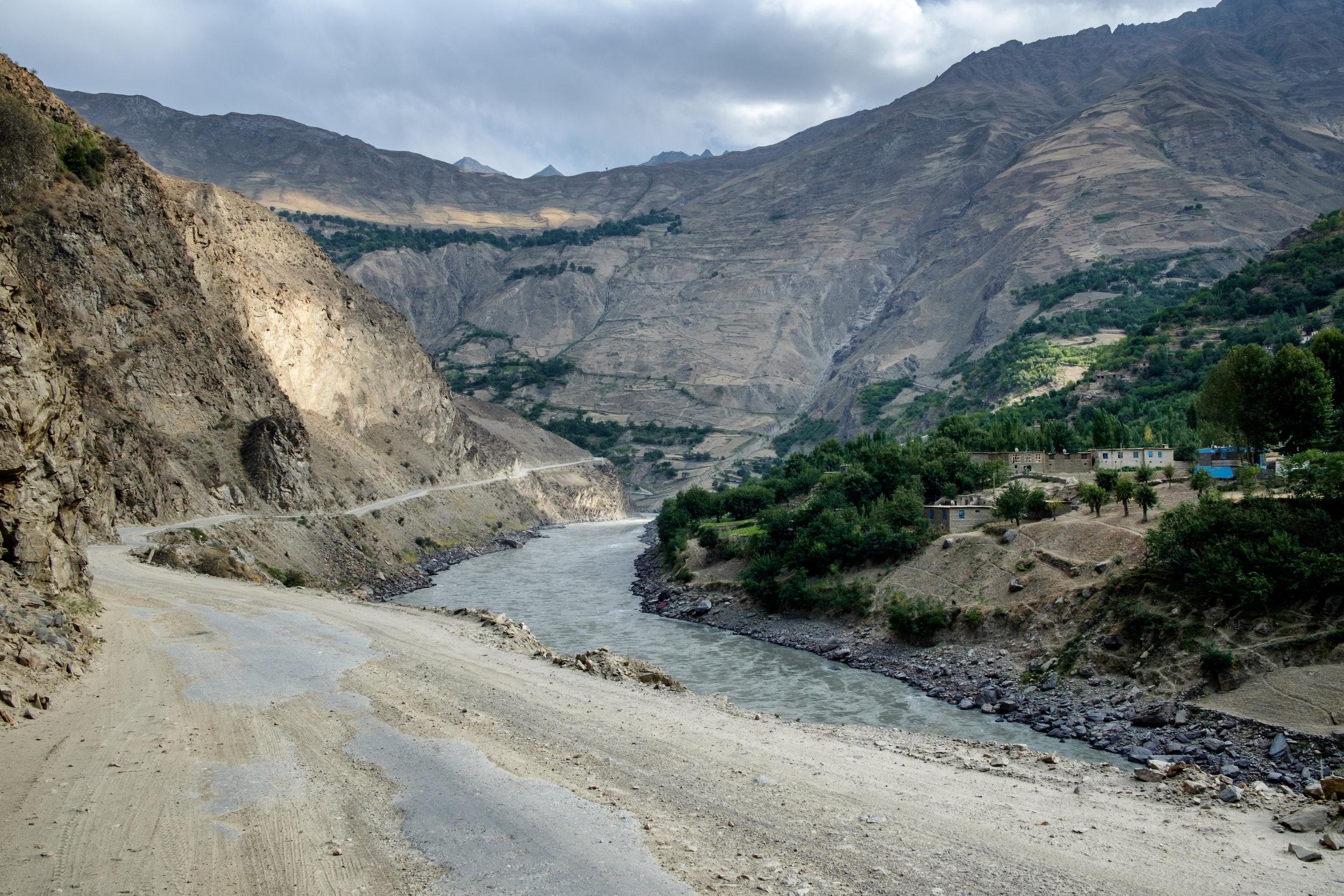 À gauche, le Tadjikistan, à droite, l'Afghanistan.