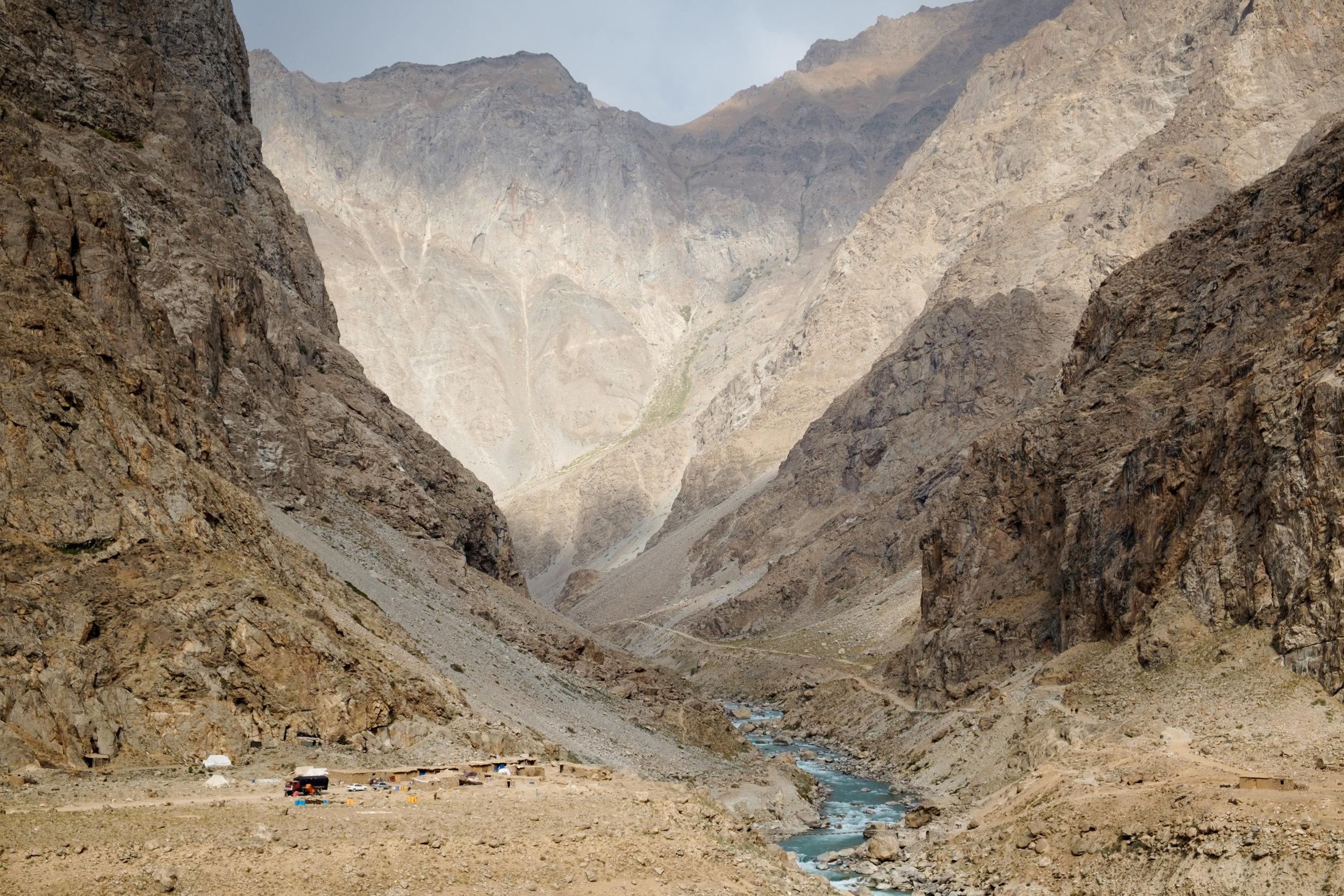 Les haute falaises, côté afghan. Le paysage semble sorti d'une autre planète.