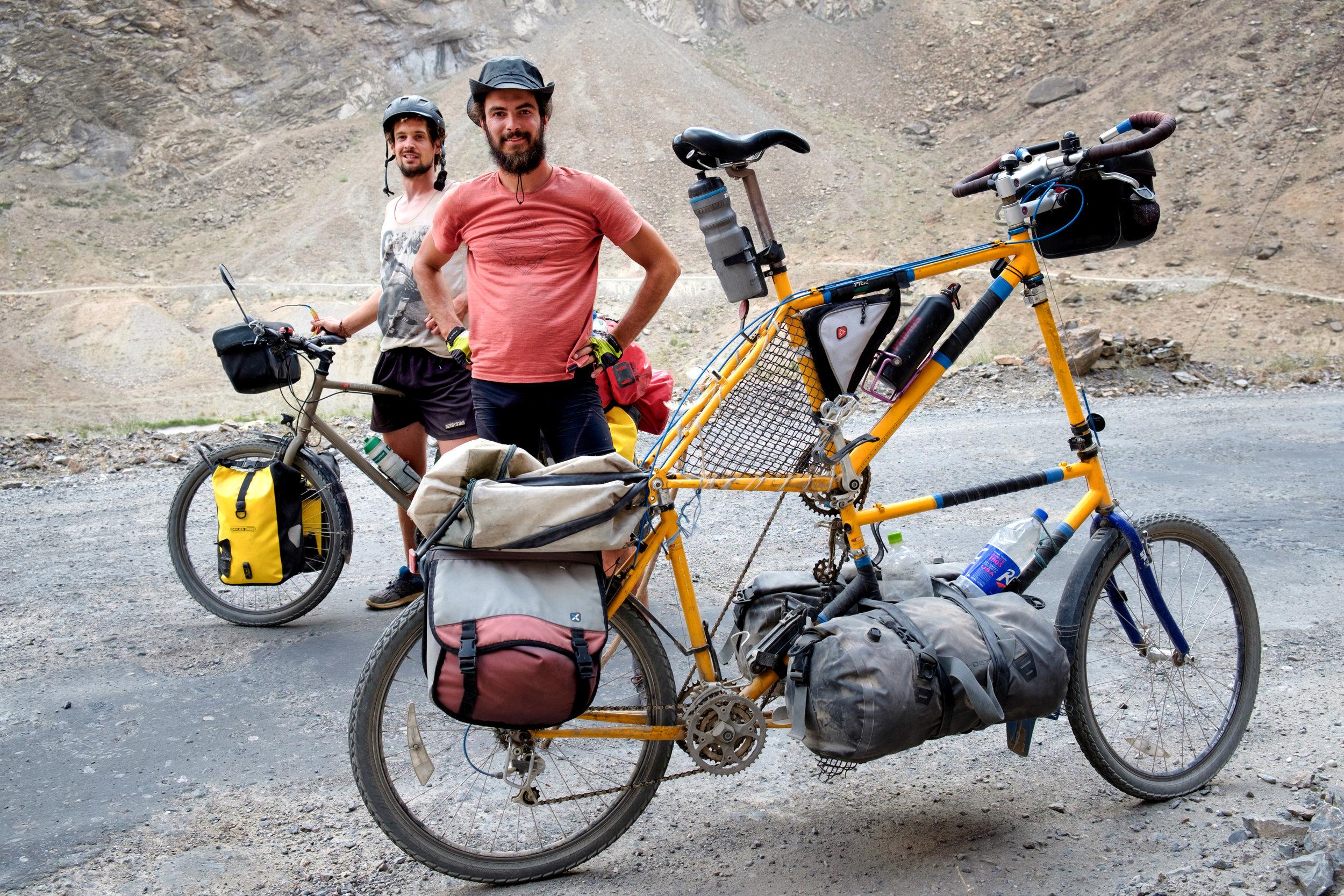 Freddy sur son vélo normal, et Pierre à côté de son vélo anormal.