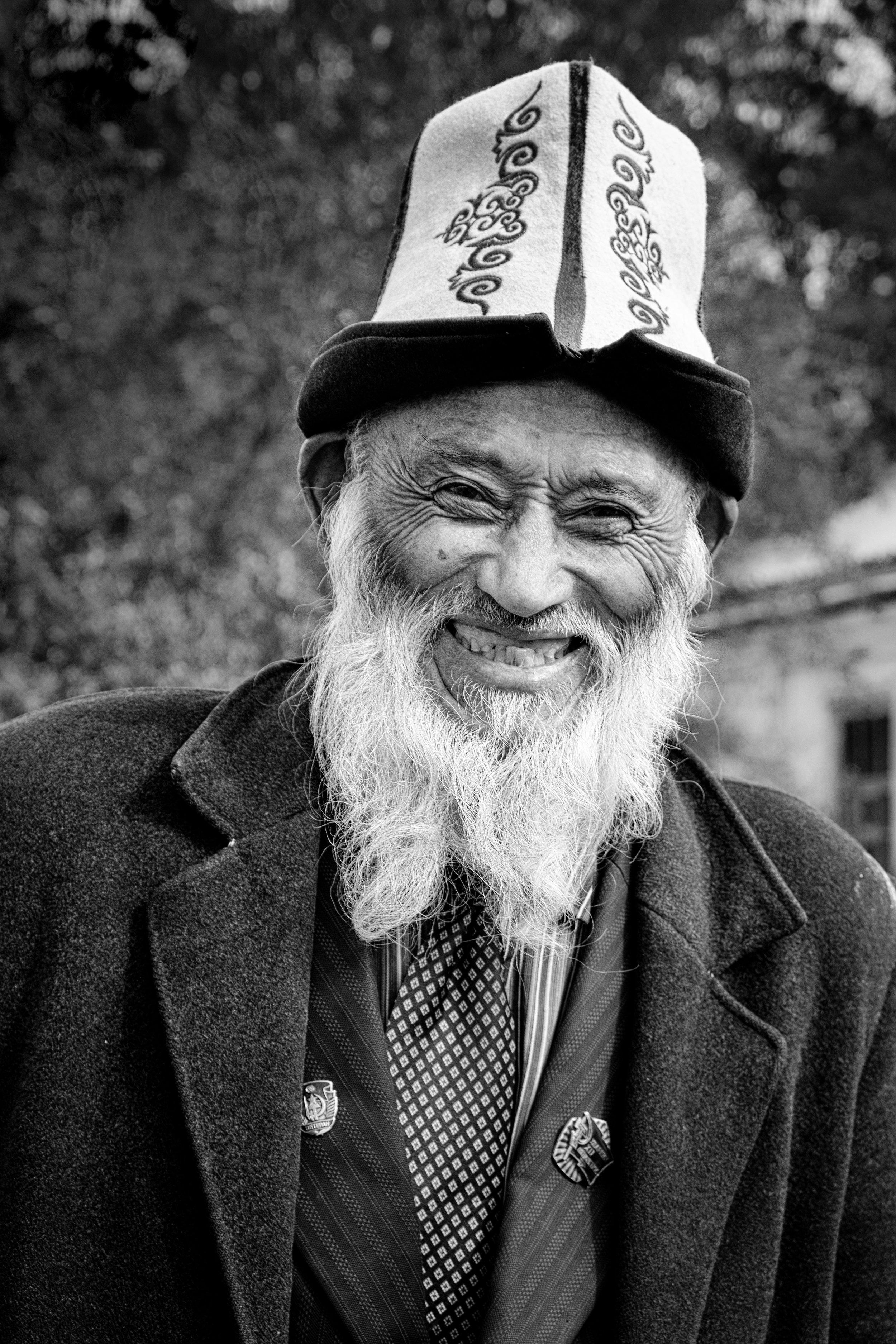 Ali, 83 ans, portant le chapeau traditionnel kirghize.