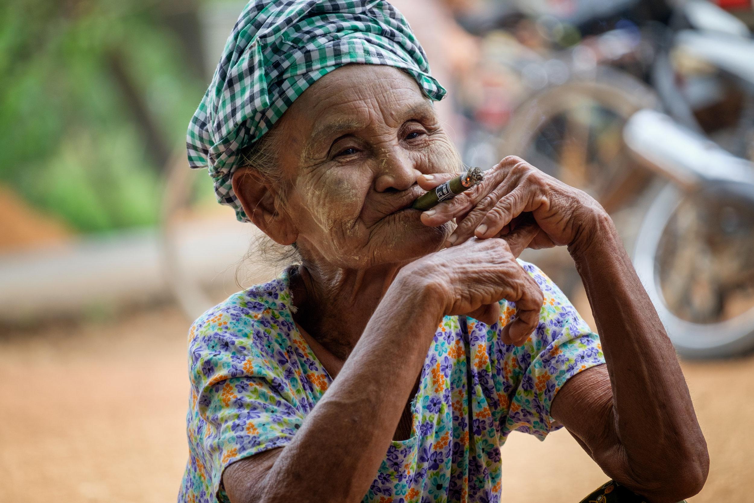Un cigare et du thanaka pour garder la jeunesse.