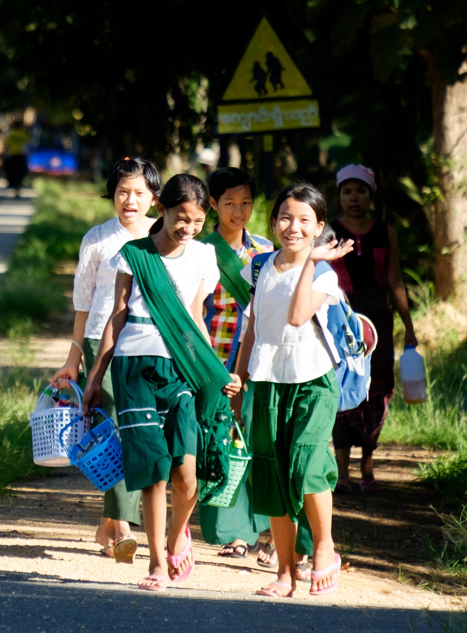 Des écolières avec leur habit vert et blanc traditionnel.