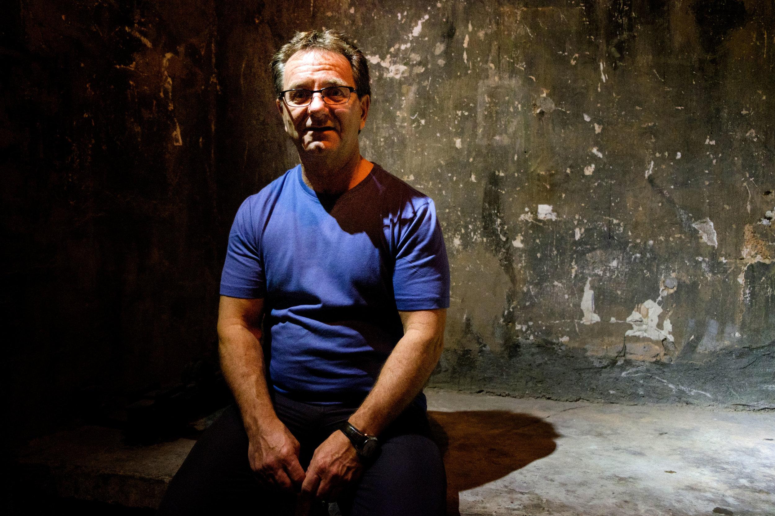 Mon père André, perplexe dans l'ancienne prison d'Hanoï.