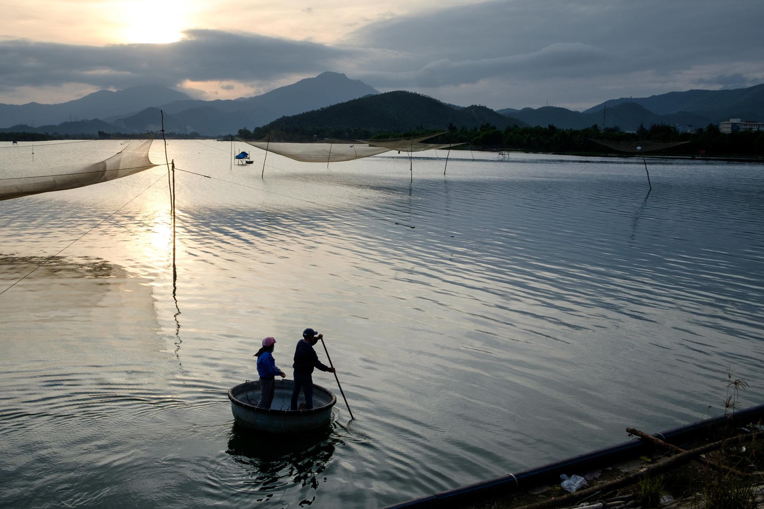 Des pêcheurs, peu avant d'arriver en ville en fin de journée.