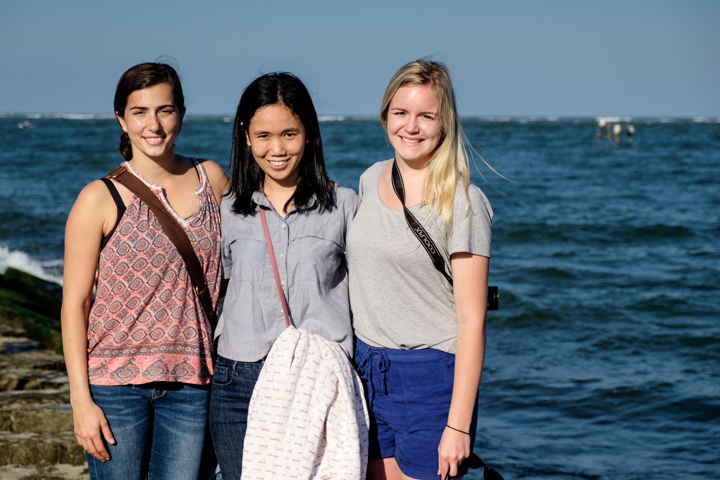 Gabrielle, Hieu, soeur de Trach, et Allison, lors d'une visite de la campagne.
