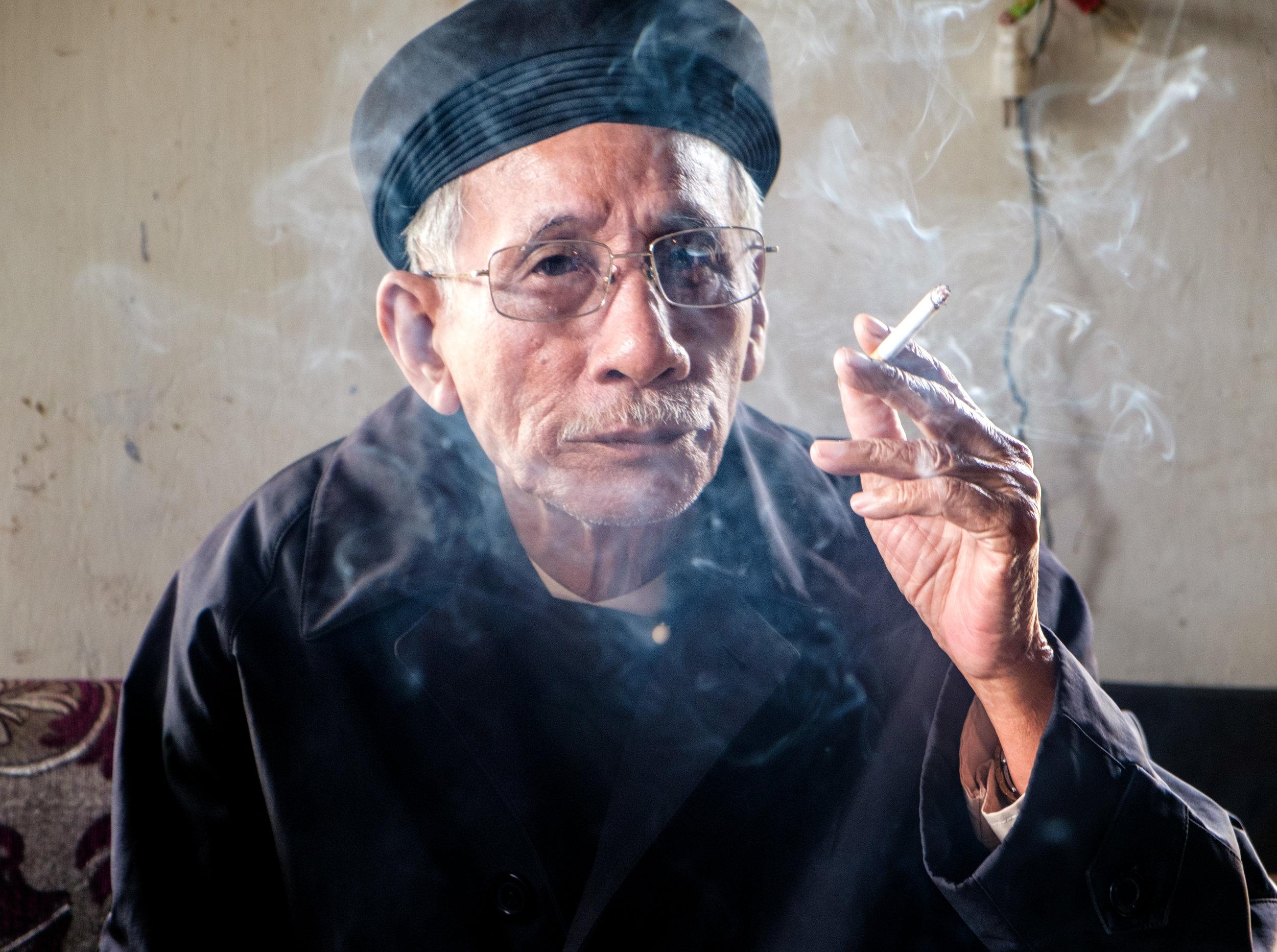 Fumeur au village, frère du grand-père décédé.