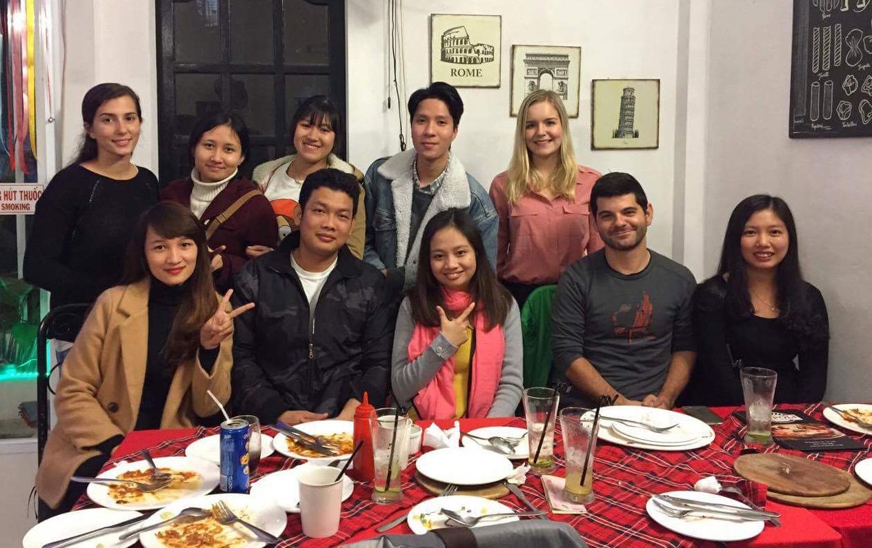 Avec Gabrielle et Allison, et les étudiants et enseignantes d'anglais.