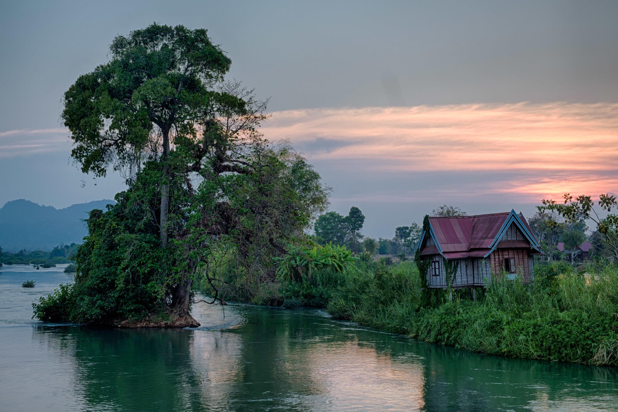 Maison sur une île au milieu de la rivière.