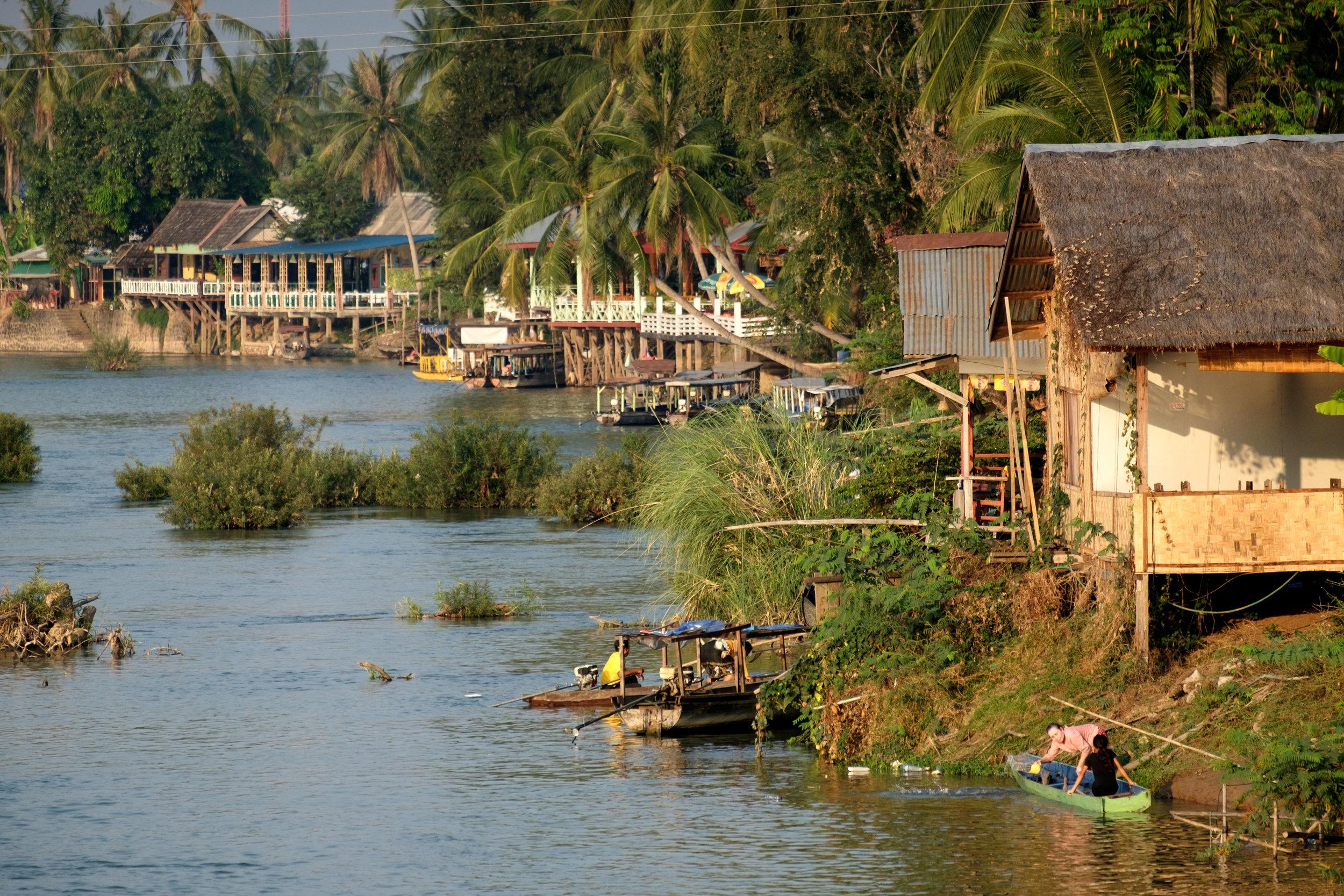 Les rivières sont encore des routes communes ici.