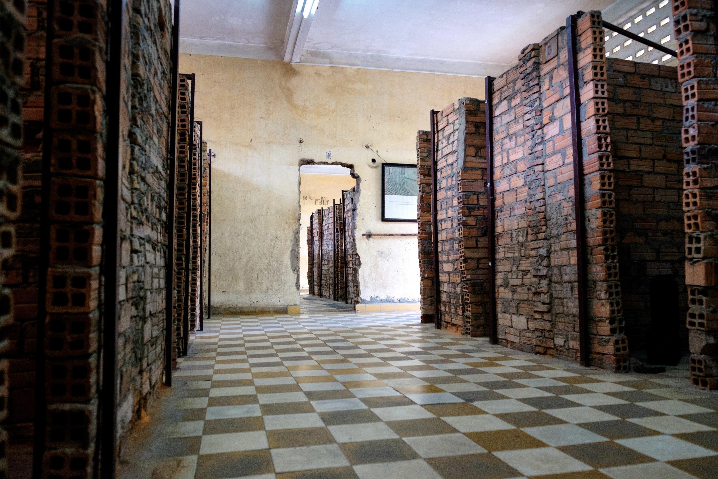 À l'intérieur des salles de cours, des murs en briques ont été bâtis pour séparer les cellules.