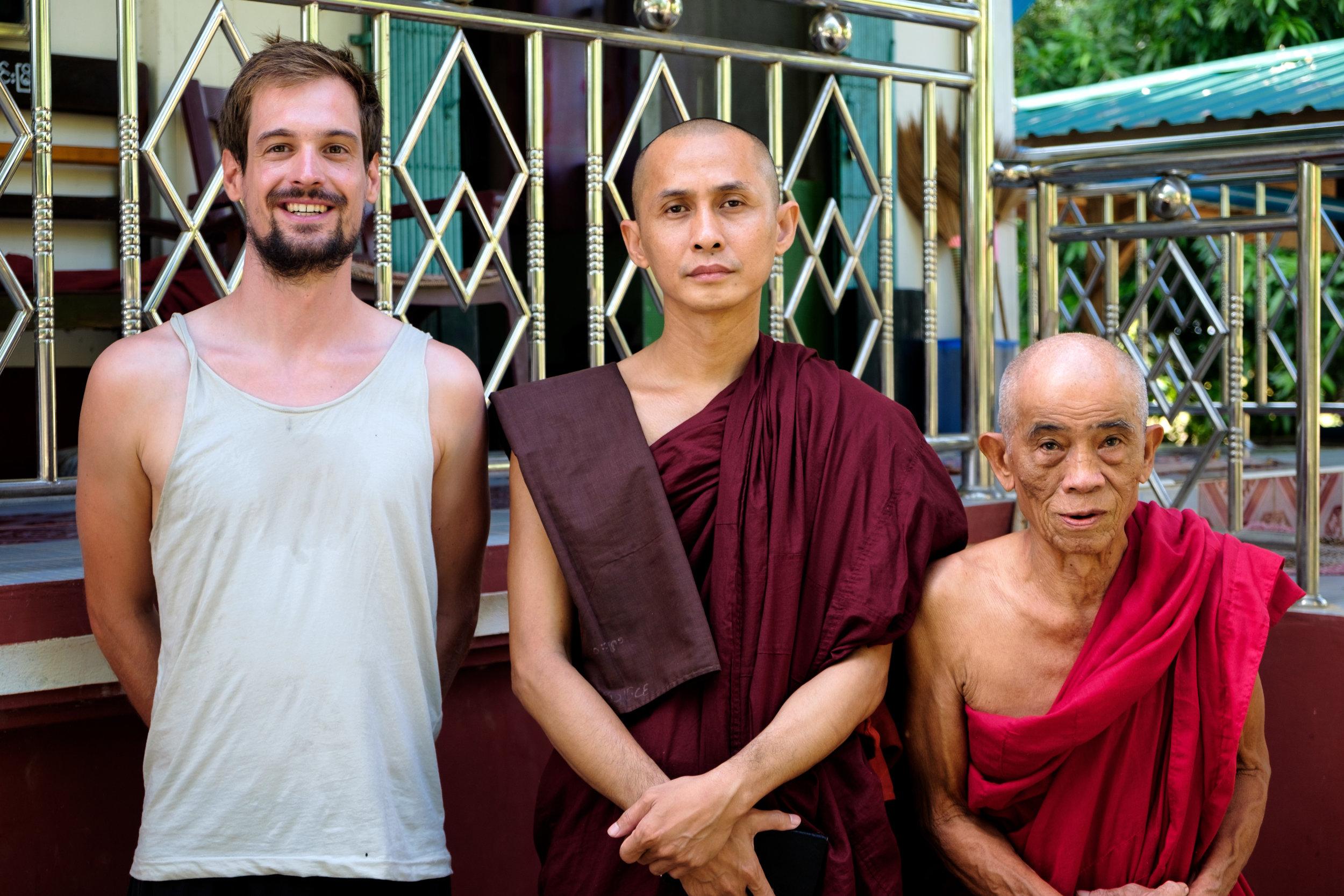 Freddy avec deux moines nous ayant hébergés pour la nuit.