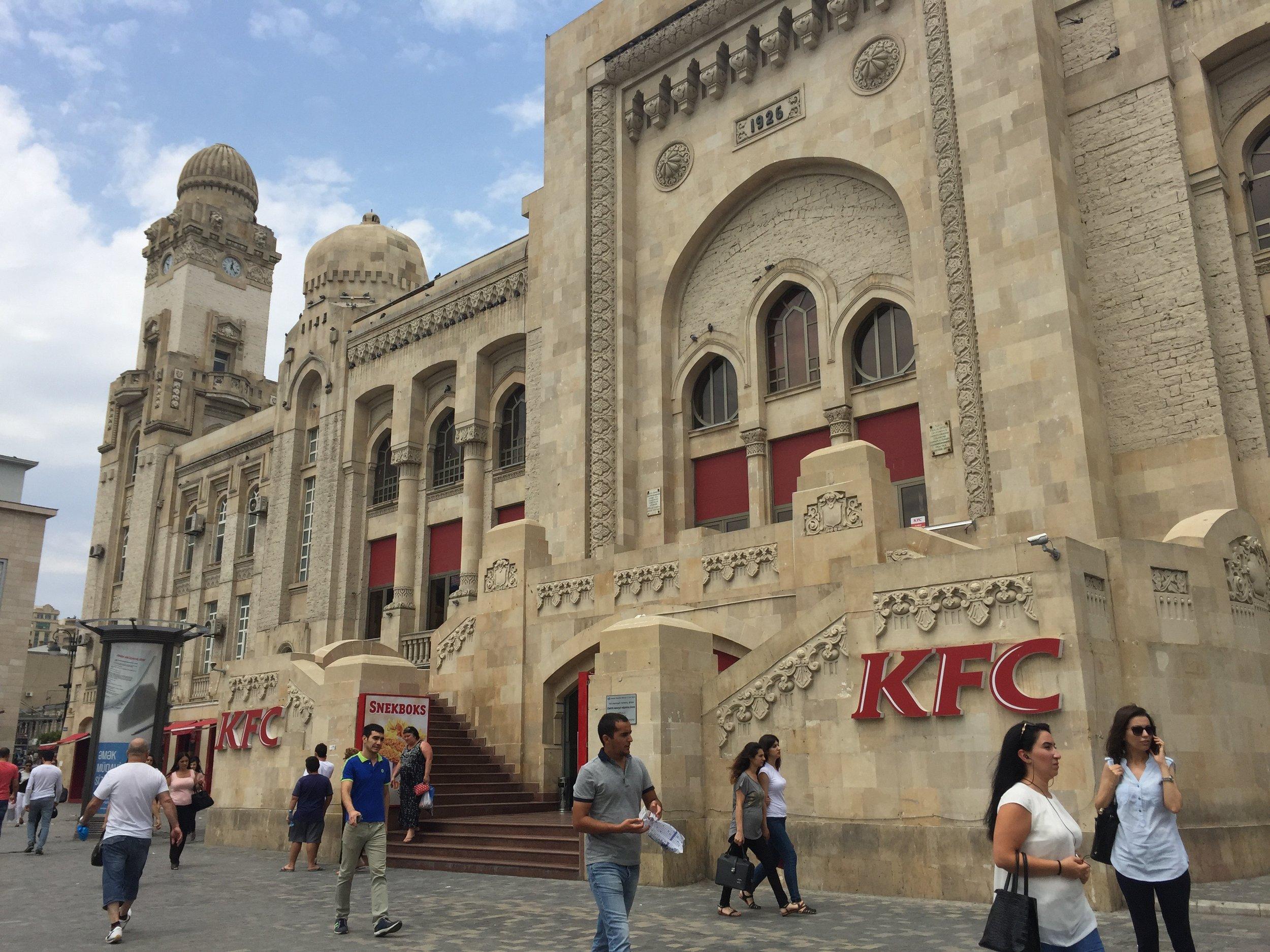 Le plus grand Kentucky du monde, le KFC Palace de Baku en Azerbaïdjan.