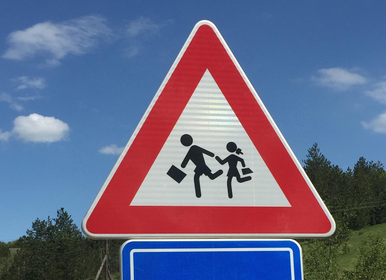 Attention, enfants portant des mallettes de banquier.