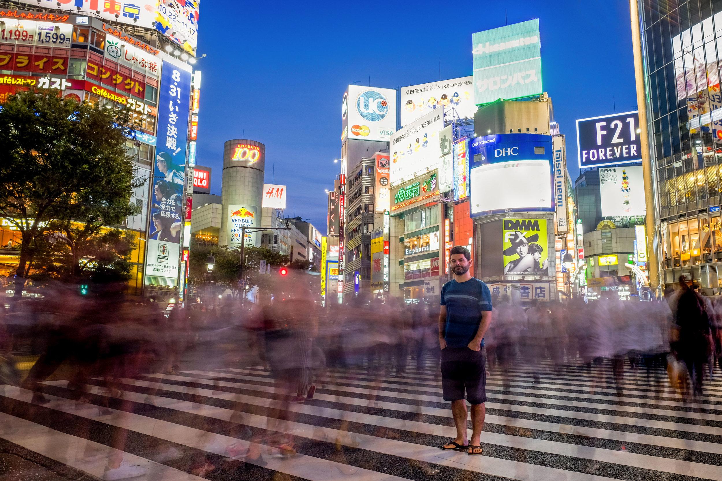 Solitaire dans la foule de l'archi-célèbre Shibuya Crossing.