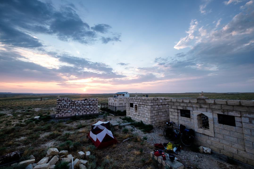 Camping dans un cimetière au Kazakhstan