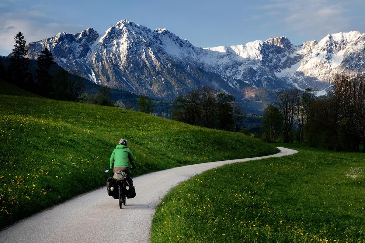 Serpentant les pistes cyclables de l'Autriche.  Cliquez pour le texte original .