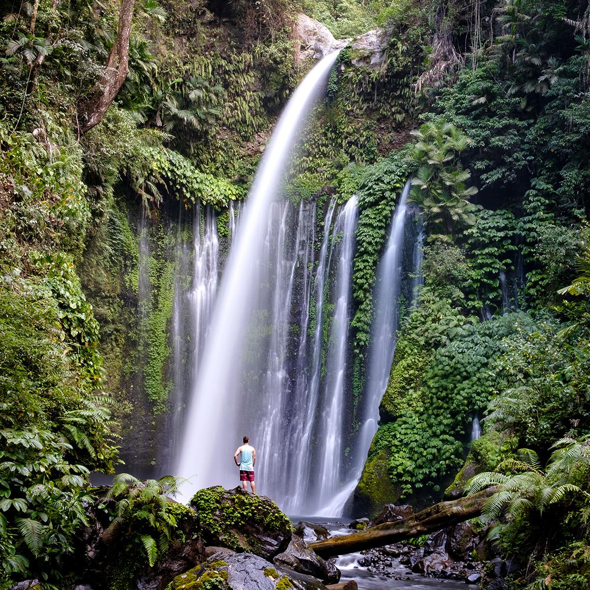 Sacha devant les chutes Tiu Kelep, sur l'île de Lombok.