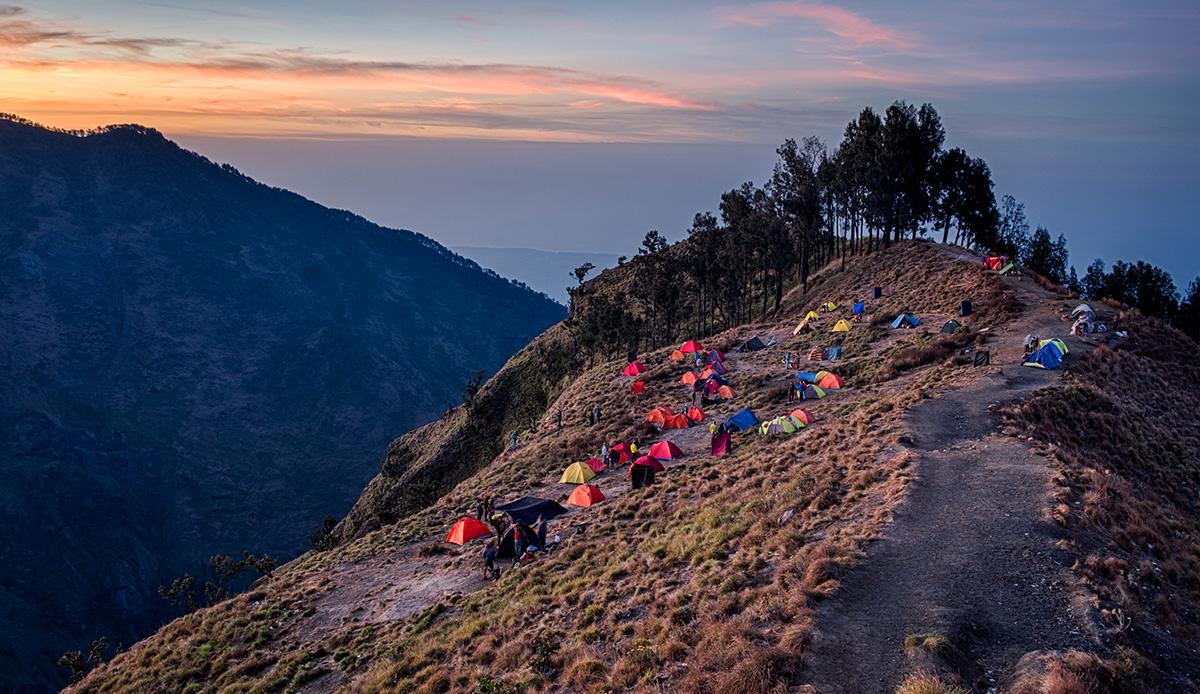 Plusieurs touristes grimpeurs s'installent chaque jour le long du cratère.