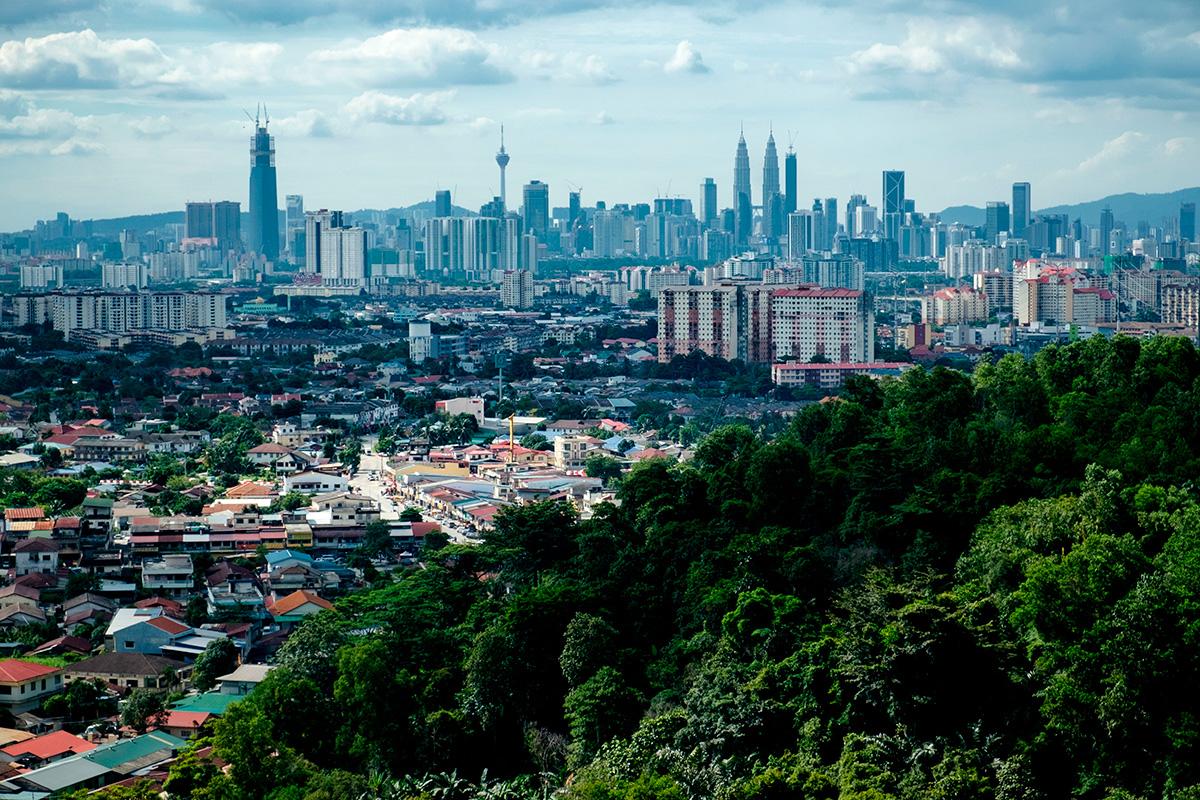 La ville, vue des montagnes à l'est.