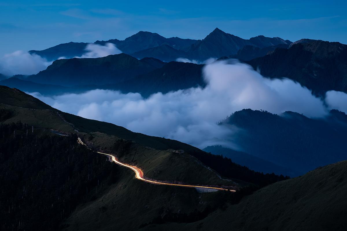 La nuit tombe dans les montagnes taïwanaises.