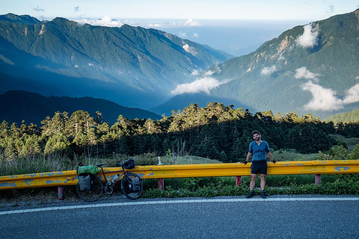 Petite pause dans l'air froid alors que le soleil achève sa course quotidienne en projetant de longues ombres sur les montagnes.
