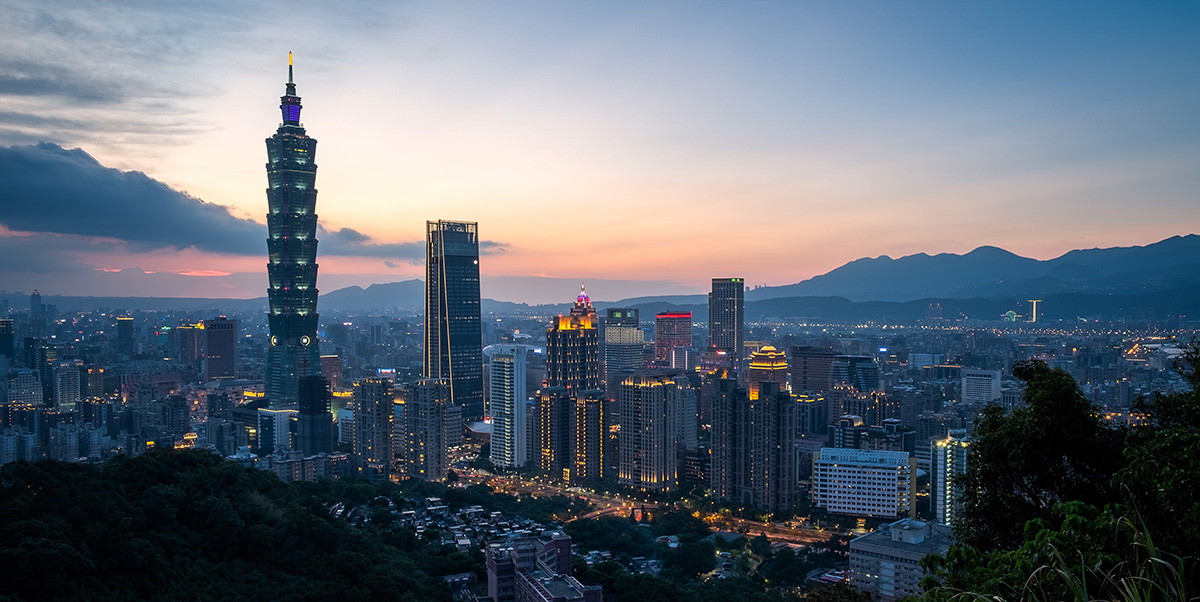 Taipei, avec son immense tour Taipei 101 surclassant tous les autres gratte-ciel.