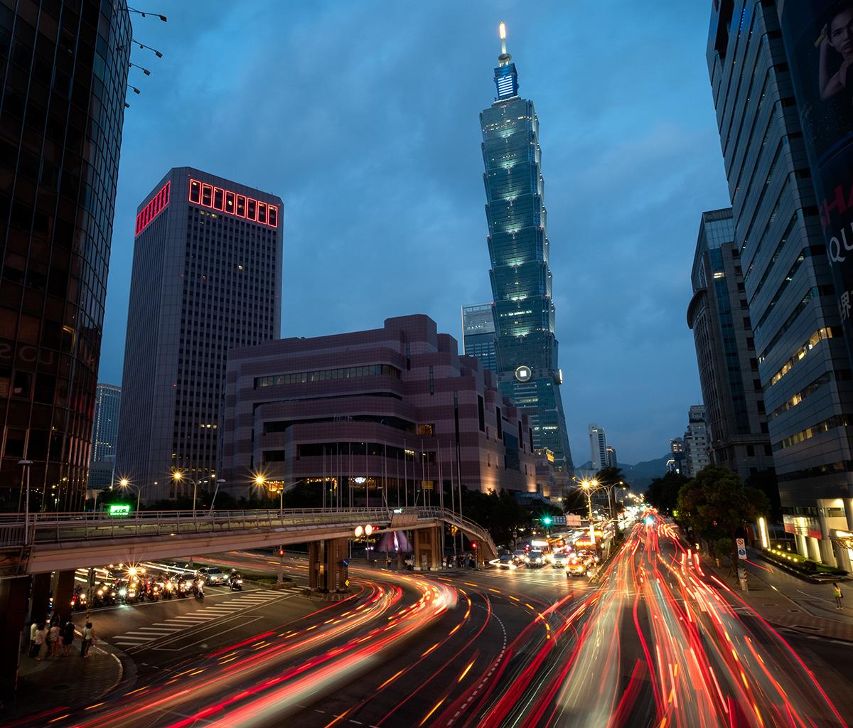 Circulation de nuit à côté de la tour Taipei 101.