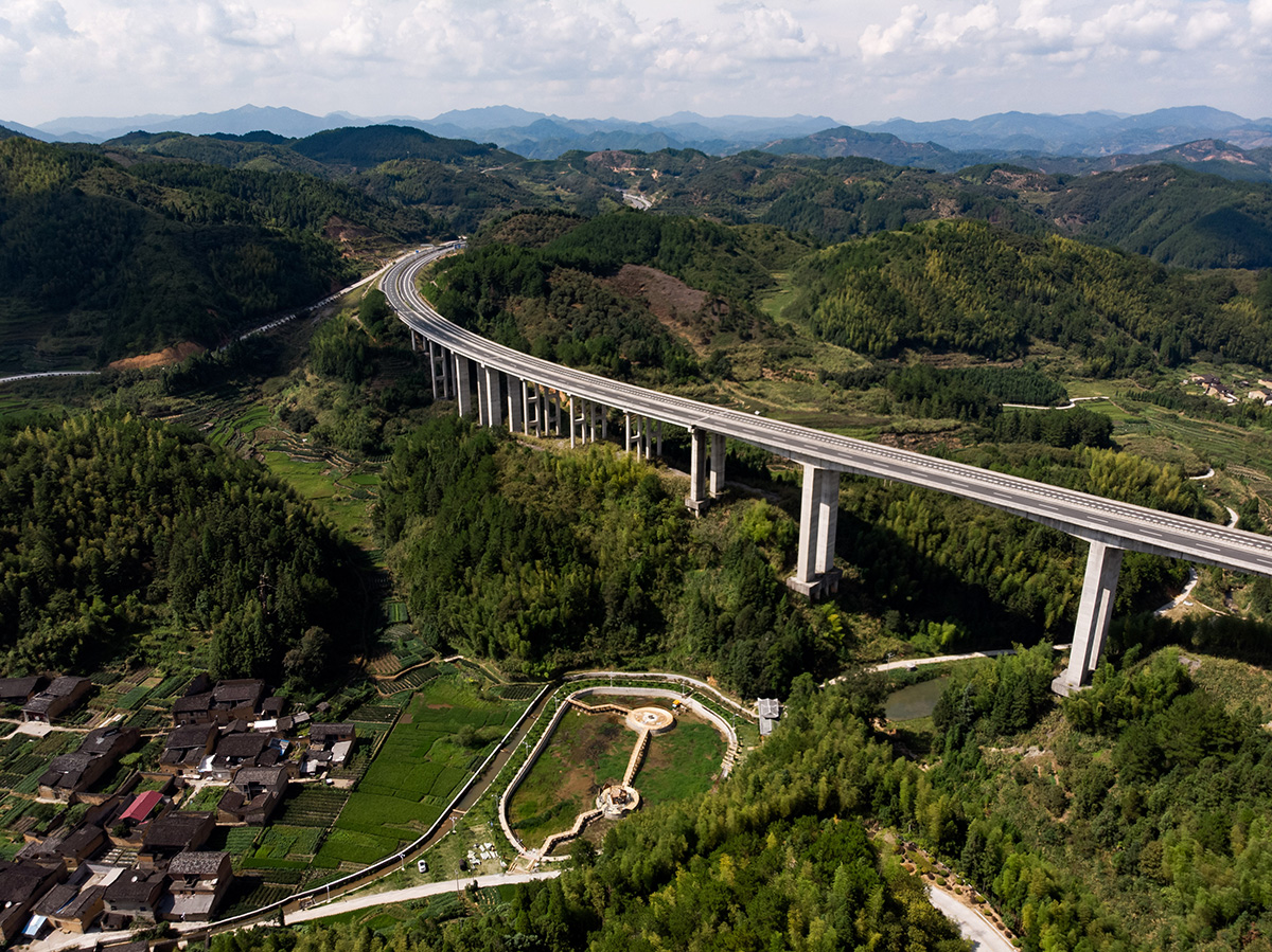 Les nouvelles routes et ponts passant le plus souvent en plein milieu du paysage.