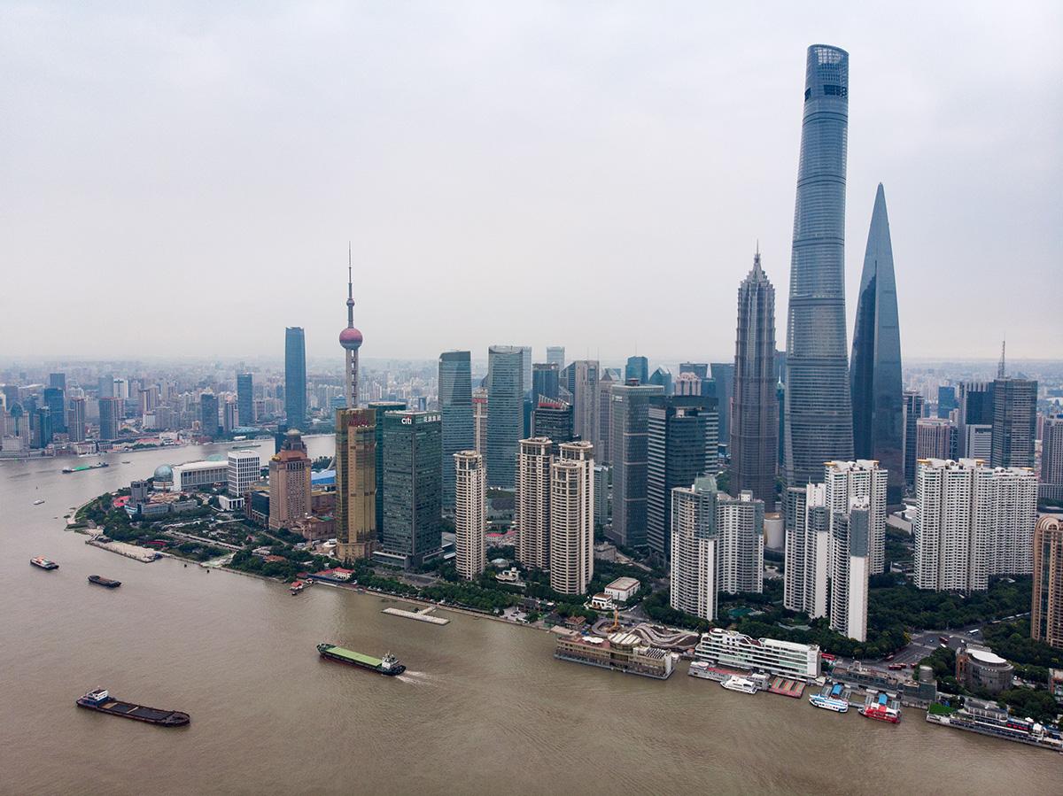 Vue de Pudong, le nouveau centre économique de la cité, sur la rive est de la rivière qui sépare la ville en deux.